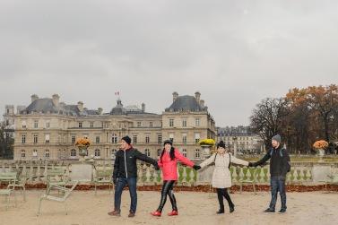 Com o prédio do Senado da França aos fundos, um dos jardins mais belos de Paris