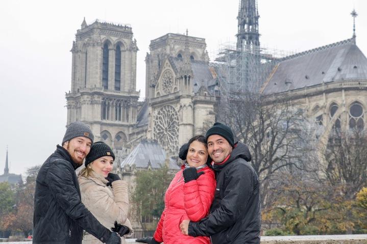 Passeio entre amigos em Paris. Lembrança para levar na bagagem