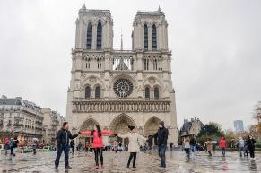 A Notre Dame de Paris tem 850 anos e levou 200 anos para ser construída. É uma igreja em estilo gótico.