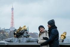 A torre Eiffel , vista da Ponte Alexandre III, já estava iluminada ao cair da noite